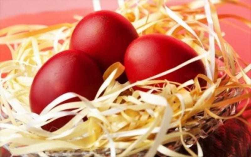 Kόκκινο είναι το χρώμα της χαράς … κόκκινα και τα αυγά της Μεγάλης Πέμπτης !