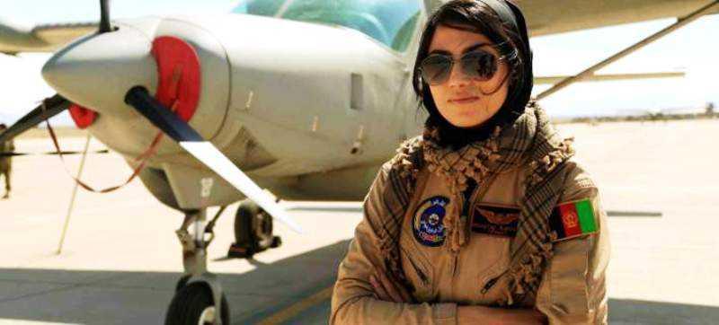 Η ομορφότερη πιλότος στον κόσμο -Κορμί μοντέλου και φόρμα πολεμικής αεροπορίας
