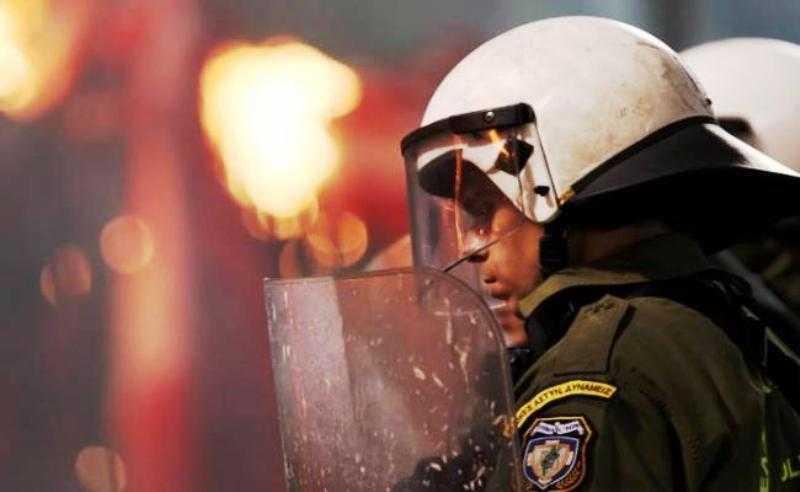 Τη στιγμή που ο κόσμος χάνεται κάποιοι βγάζουν φιρμάνια σχετικά με τα κάτουρα των αστυνομικών!