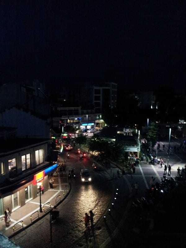 Έλλειψη φωτισμού ή υπέρμετρη διάθεση ρομαντισμού από τον Δήμαρχο και τον Μ. Τσέπελη;