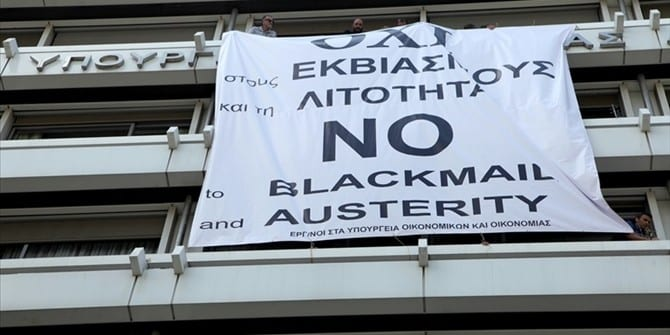 Εικόνες ΝΤΡΟΠΗΣ: Κρέμασαν πανό με «όχι» στο υπουργείο Οικονομικών