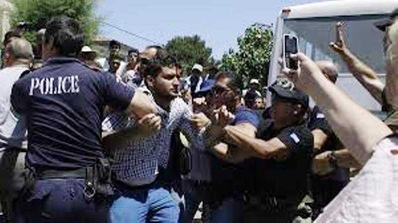 Αστυνομικοί παρακολουθούν αστυνομικούς στην Κω για το χατίρι των μεταναστών.