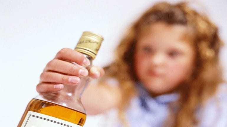 Απαγορευτικό το αλκοόλ έως και τα 15 χρόνια του παιδιού!