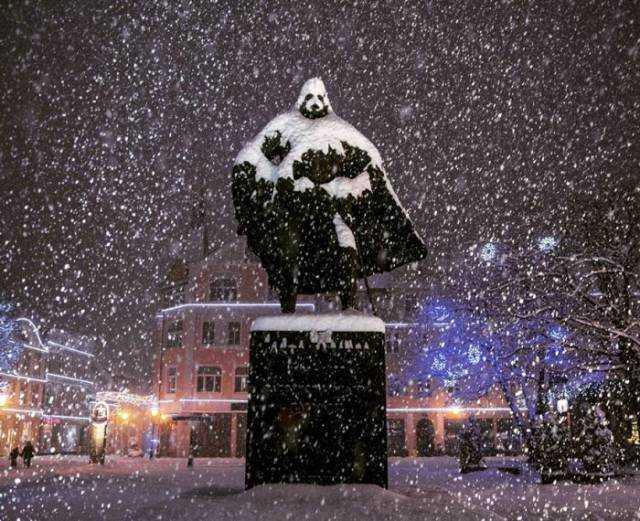 Το άγαλμα που μεταμορφώνεται σε Darth Vader όποτε χιονίζει