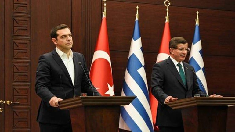 Παραβιάσεις, προσφυγικό και διμερή θέματα στη συζήτηση Τσίπρα-Νταβούτογλου