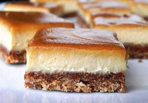 Γλυκό ψυγείου με βάση μπισκότου-φουντουκιού, κρέμα βανίλιας & γλάσο καραμέλας