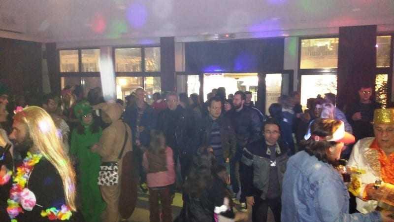 Η απόλυτη επιτυχία του μασκέ πάρτι των Κατασκηνωτών. Μουσική οι μετρ του είδους VitaPi Παυλικιάνος και Χ. Τοπσίδης