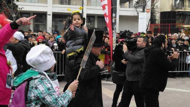 Ο δήμαρχος με το παιδί μιας συνδημότισσας στον ώμο του. Σε τέτοιες ώρες γινόμαστε όλοι παιδιά.