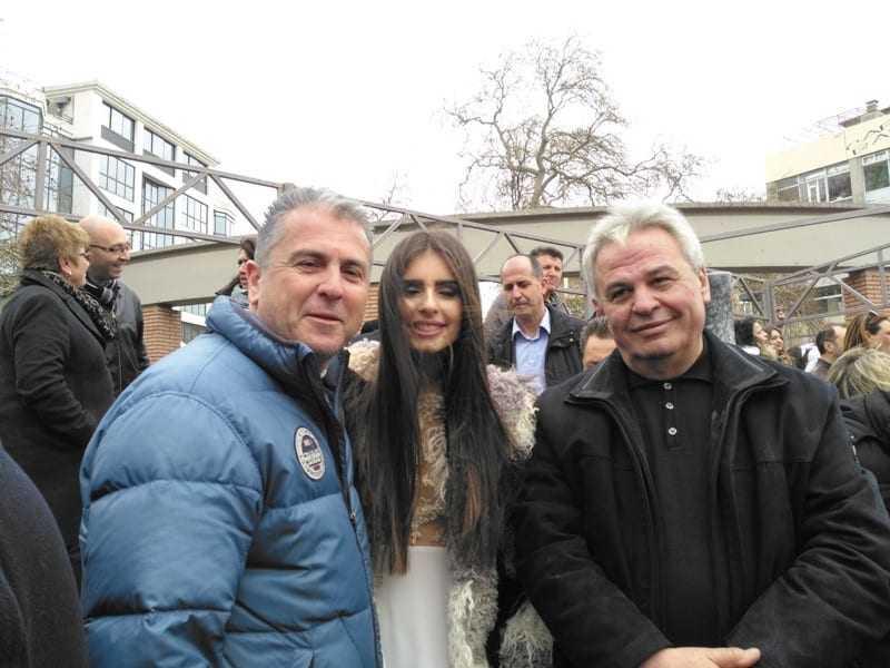Ο Γ. Μυλωνάς, επιχειρηματίας μαζί με τόν πρόεδρο του ΕΒΕ Ξάνθης Στέλιο Μωραίτη που φωτίζονται από την υπέρλαμπρη Ξανθιώτισα, επιτέλους, Βασίλισσα του καρναβαλιού
