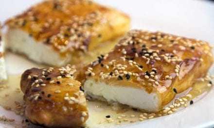 Φέτα τυλιγμένη σε φύλλο κρούστας με μέλι και σουσάμι