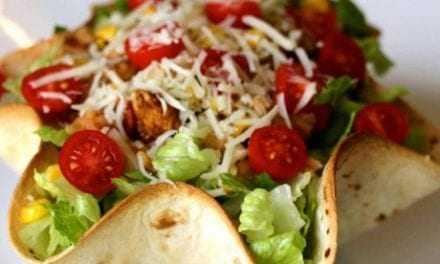 Δροσερή σαλάτα μέσα σε φωλιά τορτίγιας