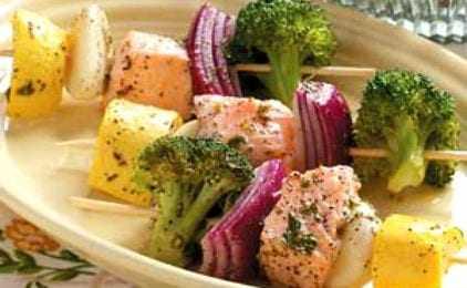 Σουβλάκια σολομού με λαχανικά στον ατμό