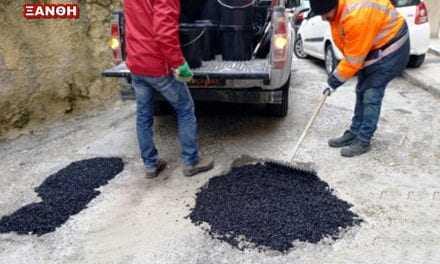 Ο Δήμος «βουλώνει» τις τρύπες που άνοιξε ο χιονιάς