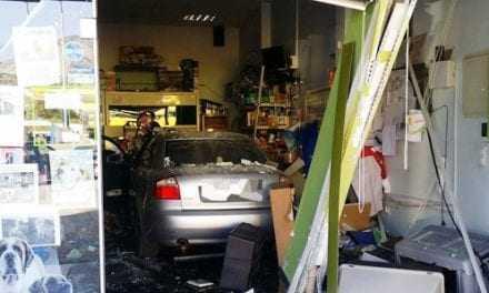 """Αμάξι """"καρφώθηκε"""" σε κατάστημα pet shop"""