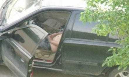 Αυνανιζόταν μέσα στο αυτοκίνητό του δημόσια