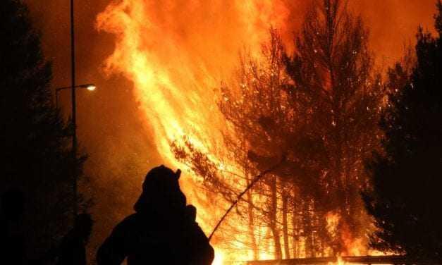 Εικόνες «Αποκάλυψης» στην Ανατολική Αττική – Καίγεται για τρίτη ημέρα [εικόνες & βίντεο]