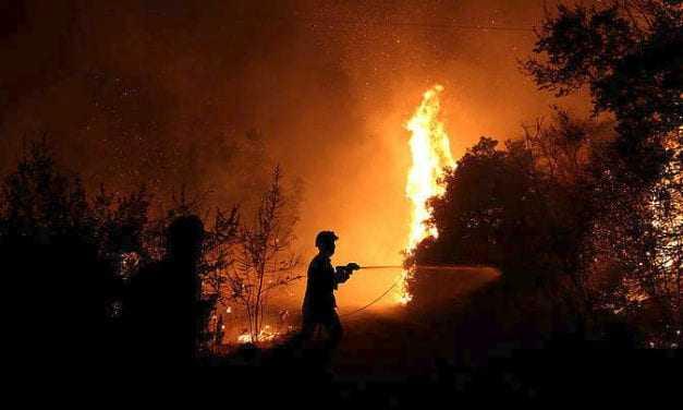 Η Χώρα καίγεται και ο Τόσκας … πολιτεύεται