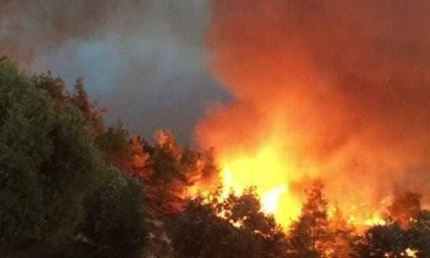 Εκκενώνονται χωριά, απειλούνται σπίτια από φωτιά