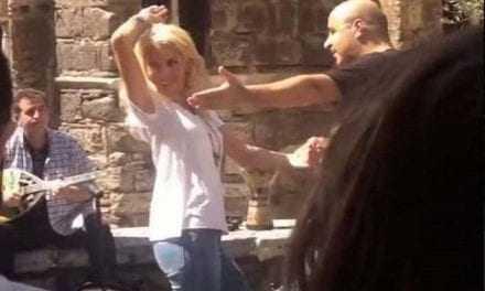 Τσιφτετέλι στo κέντρο της Αθήνας χόρεψε η Μενεγάκη (βίντεο)
