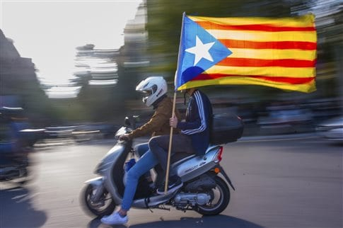 Η Καταλονία επιμένει στην ανεξαρτησία – Πλαστά τα επεισόδια βίας λέει η Ισπανία