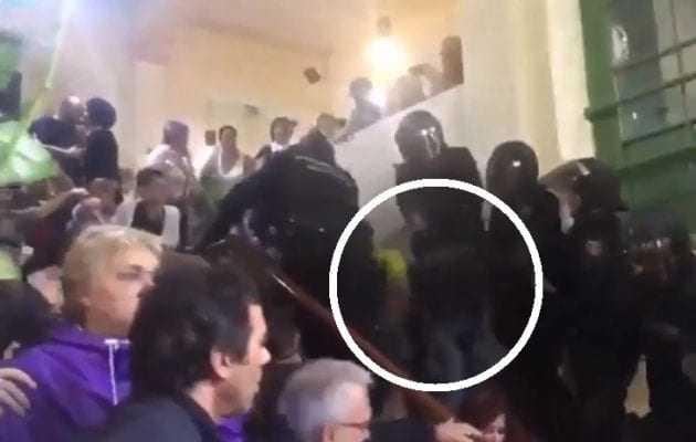 ΒΙΝΤΕΟ ΣΟΚ: Ισπανοί αστυνομικοί πετάνε Καταλανούς από σκάλες και τους πατάνε τα κεφάλια