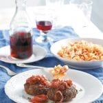 Μπιφτέκια με καραμελωμένα κρεμμύδια και κόκκινες χυλοπίτες