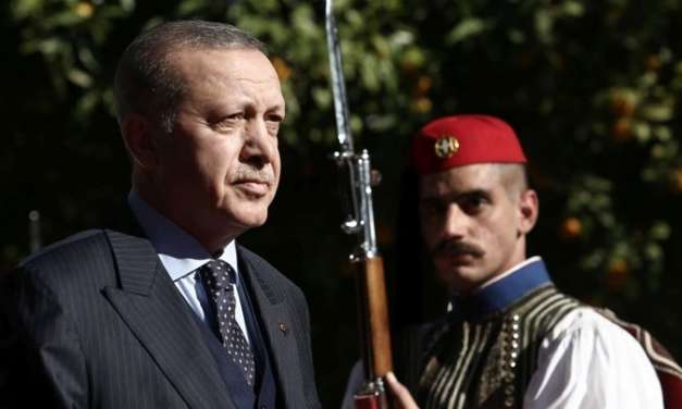 Ο Εύζωνας που κοίταξε με αυστηρό βλέμμα τον Ερντογάν και έγινε viral