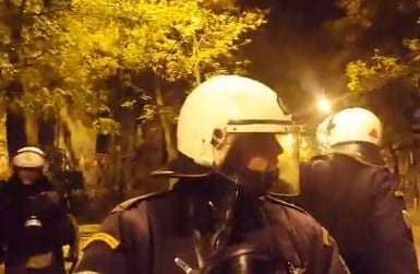 ΤΩΡΑ: Βροχή μολότοφ στα Εξάρχεια – Φωτιές στην πλατεία μετά την πορεία