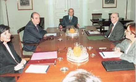 Μείνετε στις θέσεις του πολιτικού συμβουλίου παρουσία του προέδρου Καραμανλή