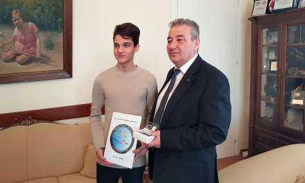 Τον Δήμαρχο Ξάνθης επισκέφθηκε ο μαθητής που κέρδισε το 1ο βραβείο λογοτύπου στο Erasmus+