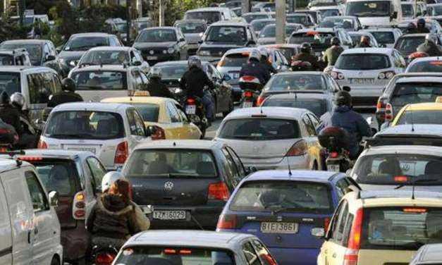 """Η κυβέρνηση ξέχασε να απαγορέψει την κυκλοφορία των φορτηγών. Το """"έλα να δεις"""" από μποτιλιαρισμα"""