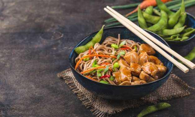 Noodles με κοτόπουλο -Κινέζικο πιάτο με γεμάτη γεύση