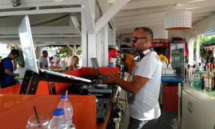 """Τα """"δίνει όλα"""" ο dj VitaPi Pavlikianos,  σε γνωστό Beach bar της παραλίας Αβδήρων"""