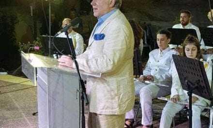Η φωτογραφία της ημέρας. Ένας Υπουργός με παντόφλες. Ποιους εμπνέει αυτός ο άνθρωπος;