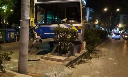 Σοβαρό τροχαίο με λεωφορείο στη Λεωφόρο Παπάγου – Τραυματίστηκε ο οδηγός και επιβάτες