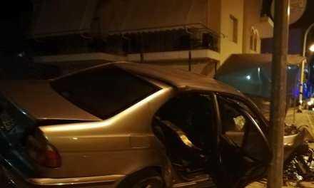 """Όχημα που κουβαλούσε λάθρο, """"Καρφώθηκε"""" σε τοίχο της Ξάνθης, κυνηγημένο από την αστυνομία"""