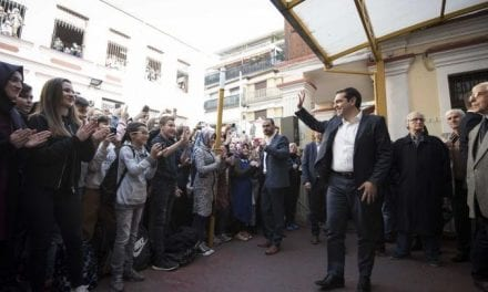 Και στην φωτογραφία ο πρώην Πρωθυπουργός της Ελλάδος νομιμοποιώντας σε υπέρτατο βαθμό ένα «θολό» σχολείο