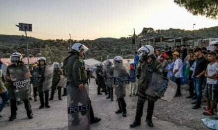 Παράνομοι μετανάστες στην Μόρια: «Kill police»