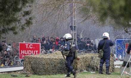 Το πρώτο θύμα της προσπάθειας εισβολής των λαθρομεταναστών, μακρύ χέρι του Ερντογάν – Τραυματίστηκε αστυνομικός με πέτρα – Θα βγάλουν και όπλα άραγε;