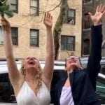 Ερωτας στα χρόνια του κορονοϊού – Παντρεύτηκαν στο δρόμο με ιερέα στο μπαλκόνι