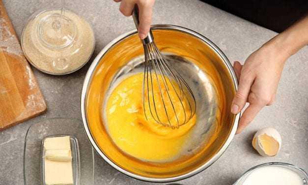 """Πώς χτυπάμε σωστά τα αυγά. Επίκαιρο τώρα που """"Μένουμε σπίτι"""""""