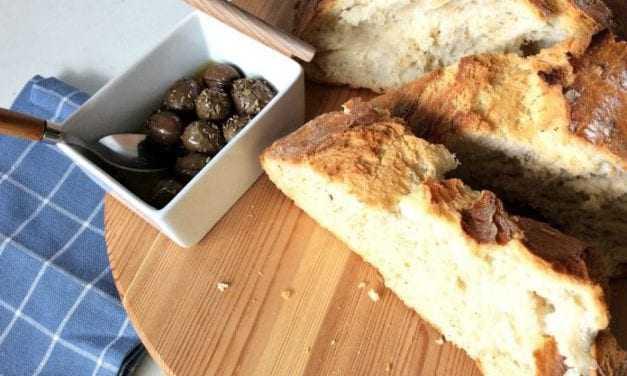 Επειδή οι καιροί είναι δύσκολοι, σπιτικό ψωμί χωρίς ζύμωμα στη γάστρα