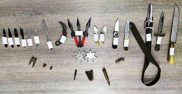 ΕΒΡΟΣ: Σύλληψη και κατάσχεση 16 μαχαιριών διαφόρων τύπων, 1 ξιφίδιο, 1 ζώνη με αγκράφα μαχαίρι, 2 αστέρια ρίψης, 19 φυσίγγια και 1 ναρκωτικό δισκίο