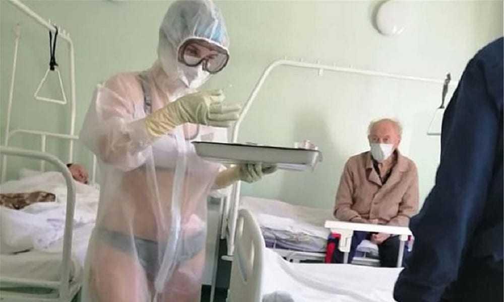 Νοσηλεύτρια φροντίζει τους ασθενείς μόνο με τα… εσώρουχά της! (φωτο)
