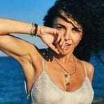 CELEBRITIES Μαρία Σολωμού: Με κατάλευκο μαγιό και φόντο το απόλυτο νησιωτικό σκηνικό