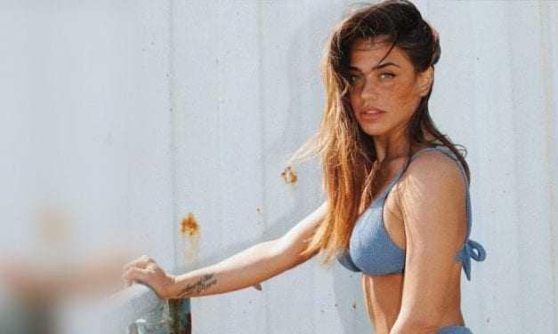 Κόνι Μεταξά: Ποζάρει γυμνή για την παράσταση που πρωταγωνιστεί