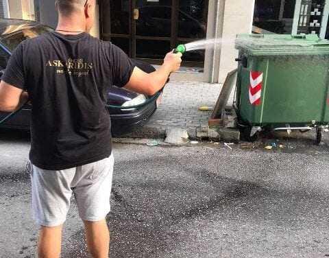 ΠΑΡΑΠΟΛΙΤΙΚΑ: Είδε και απόειδε  με την απραξία του αντιδημάρχου καθαριότητας Μπαντάκ,  πήρε το λάστιχο να πλύνει τους κάδους