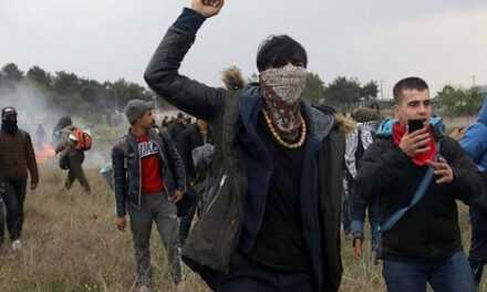 Ξεκίνησε η εισβολή – Εκατοντάδες παράνομοι μετανάστες περνούν ήδη τα σύνορα στον Έβρο – ΒΙΝΤΕΟ